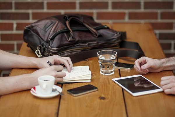 Tisch mit Tablett und Handy